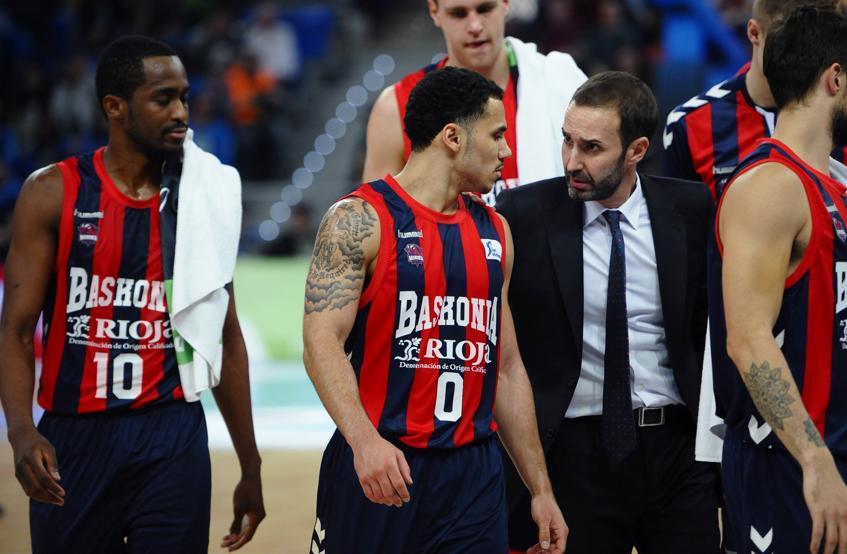 El entrenador del Baskonia, Sito Alonso, conversa con Sahne Larkin, durante el partido.