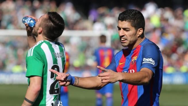 Suárez indica al árbitro el trozo que entró el balón en la portería en el gol no dado al Barça ante el Betis