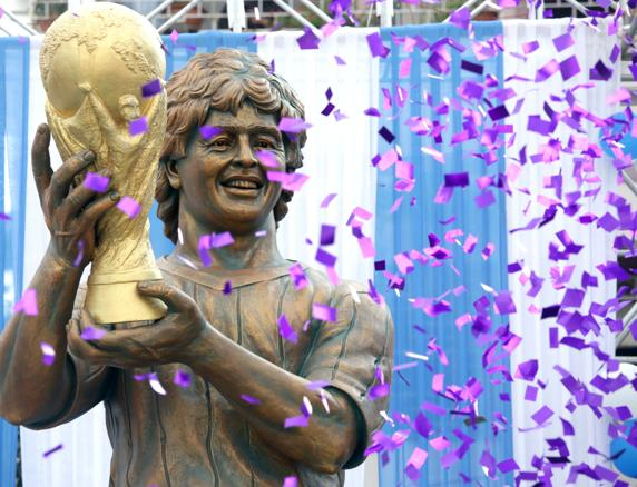 Así luce la estatua de Maradona en Calcuta.