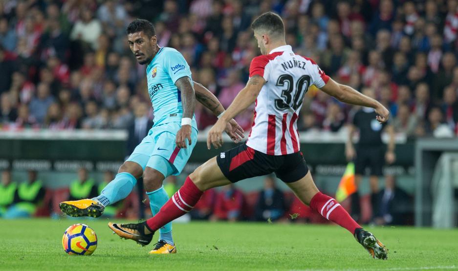 Unai Núñez trata de interceptar un pase de Paulinho en el partido contra el Barça