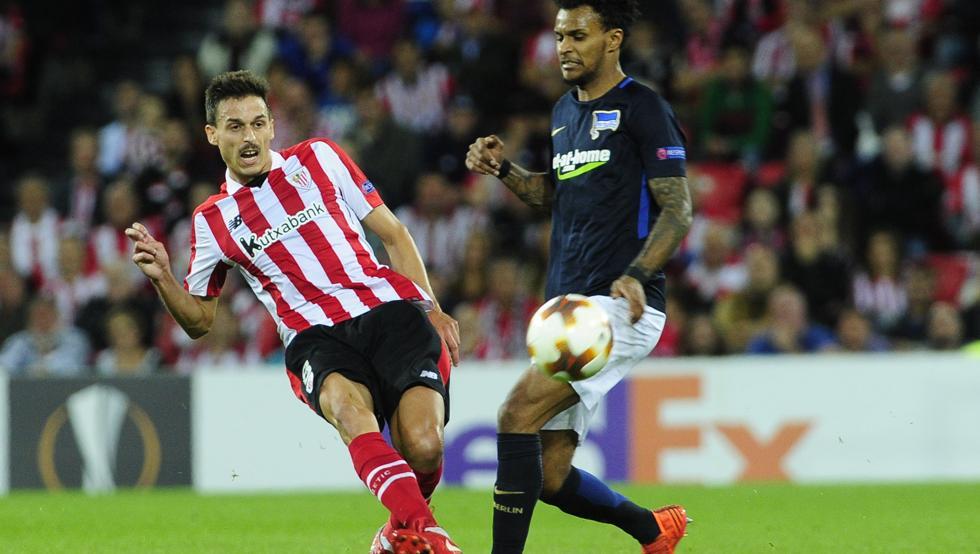 Ander Iturraspe chuta ante el jugador del Hertha Lazaro