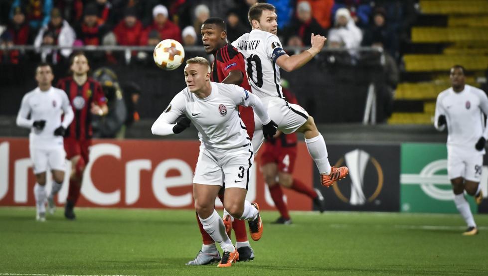 Oleksandr Svatok trata de llevarse un balón ante el Östersunds