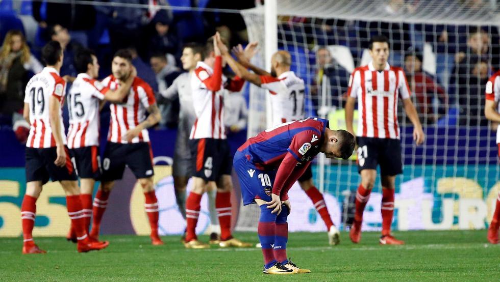 Los rojiblancos celebran la victoria en Valencia
