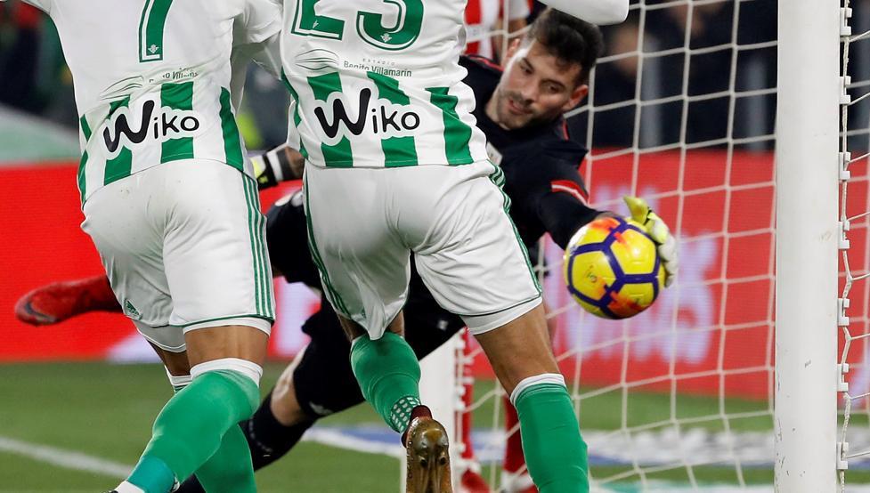 Acción clave y polémica. Herrerín sacó in extremis el balón, el Betis reclamó gol.