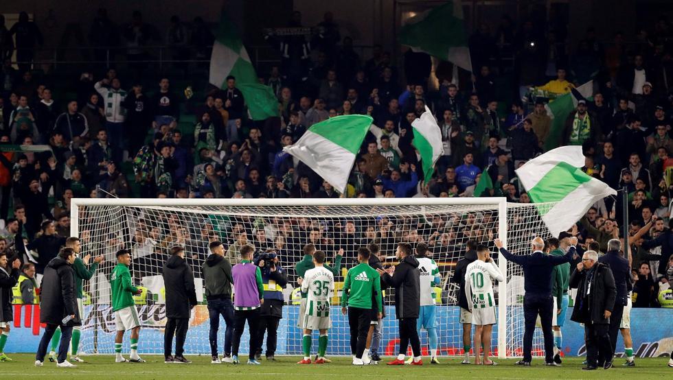 Los jugadores del Real Betis reciben la ovación de sus aficionados al término del partido ante el Athletic.