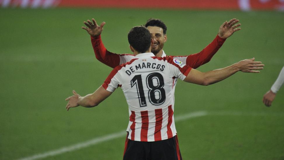 Aduriz celebra con De Marcos el 0-2 que dio la tranquilidad al Athletic en el Villamarín.