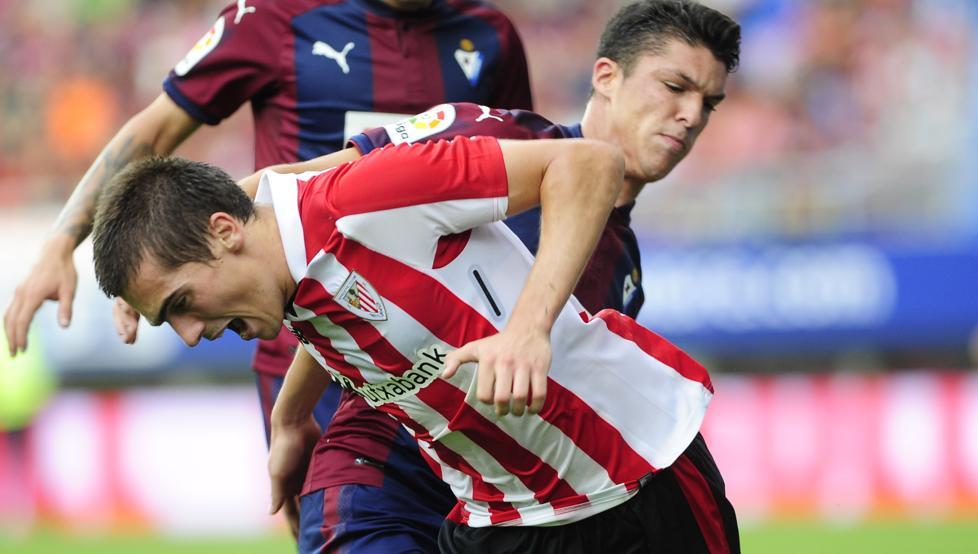 Capa disputa un balón con Córdoba en el encuentro jugado en Ipurua