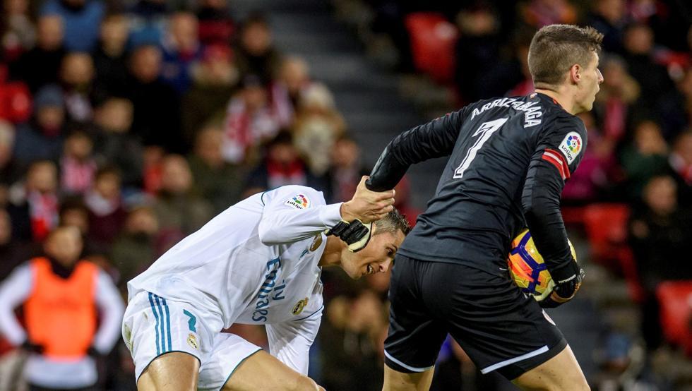 Kepa ayuda a levantarse a Cristiano Ronaldo en San Mamés
