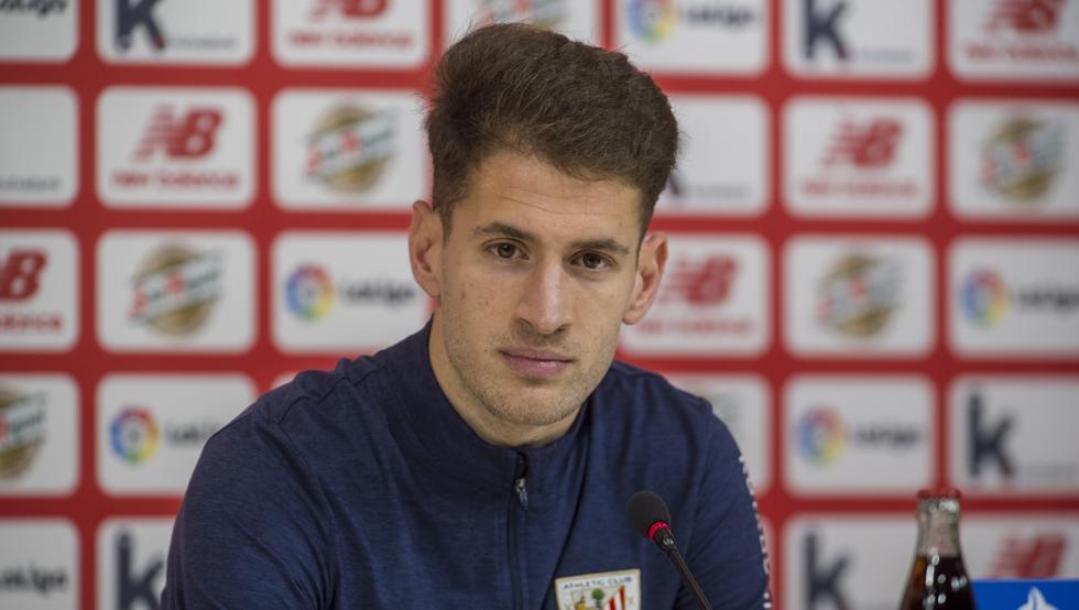 Enric Saborit, defensa del Athletic, en la sala de prensa de San Mamés.