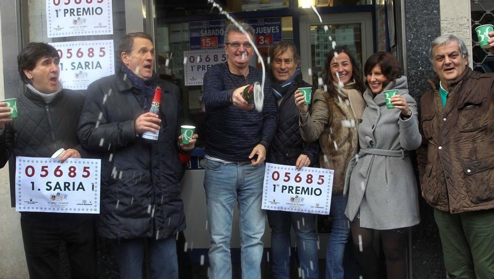 Juan Elejalde, segundo por la izquierda, en la celebración por haber vendido el Gordo del Niño