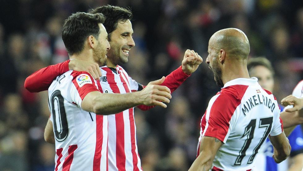 Aduriz y Etxeita, los protagonistas goleadores del derbi, celebran uno de los tantos junto a Mikel Rico.