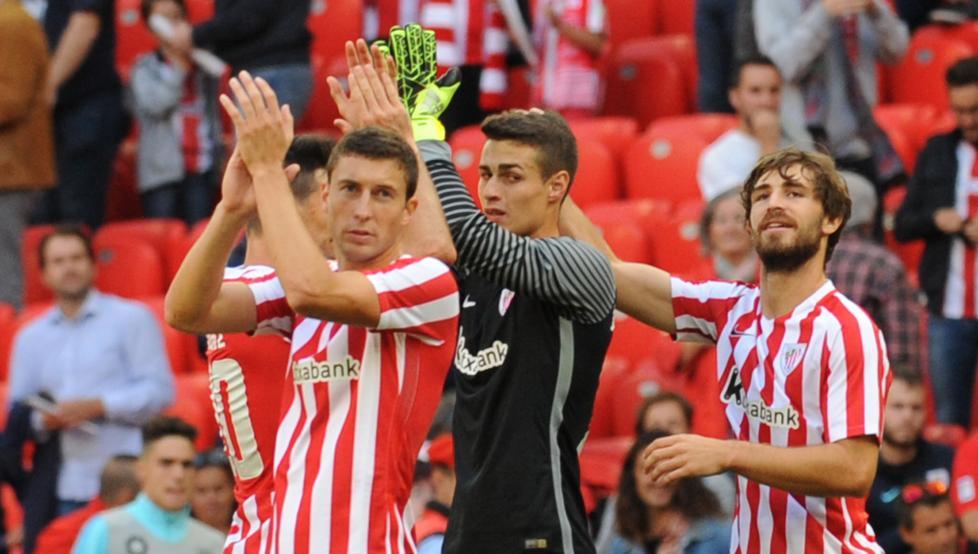 De Marcos y Kepa saludan junto a Yeray a la afición del Athletic.