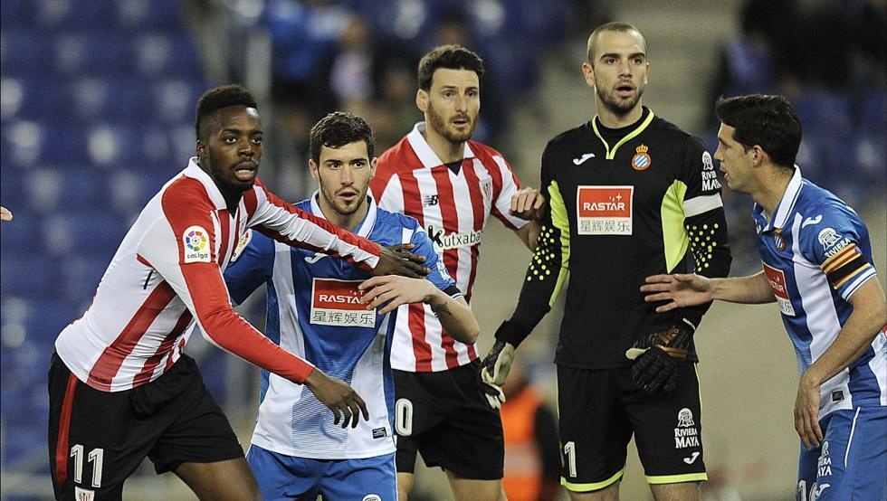 Aduriz, en el centro, en un momento del partido ante el Espanyol