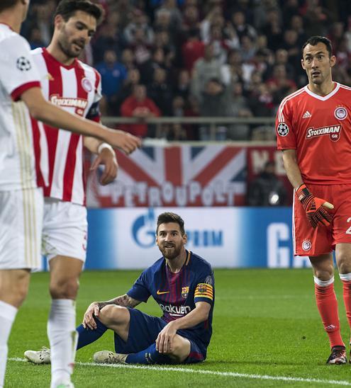 Messi, caído en el suelo en una acción del partido.