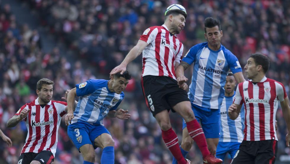 Yeray despeja en un lance ante el Málaga, con Iñigo Martínez al fondo
