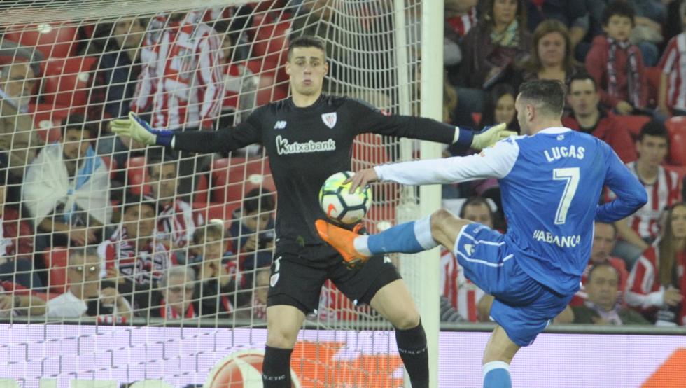 Lucas Pérez  encara a Arrizabalaga. El delantero gallego fue una pesadilla para el Athletic ayer en San Mamés.