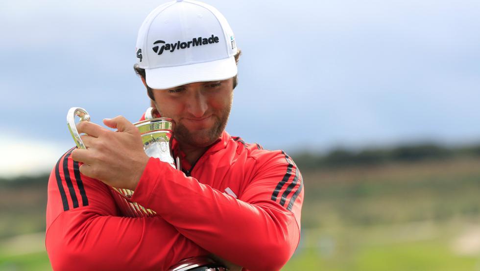 Jon Rahm se abraza al trofeo como ganador del Open de España de Golf