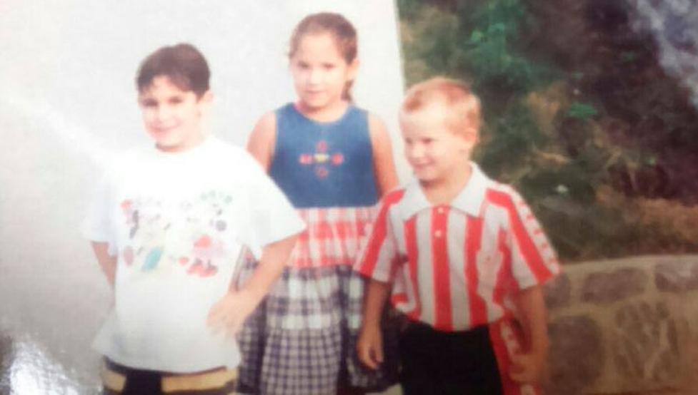 Iñigo Martínez, de niño, vestido con la equipación completa del Athletic.