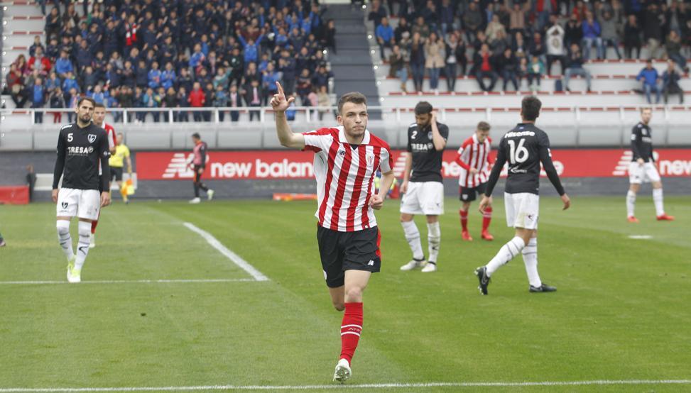 Iñigo Vicente celebra el primer gol de la tarde frente al Lealtad.