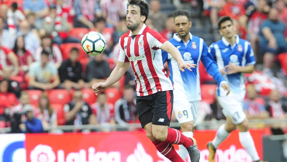 Beñat trata de controlar un balón ante el Espanyol