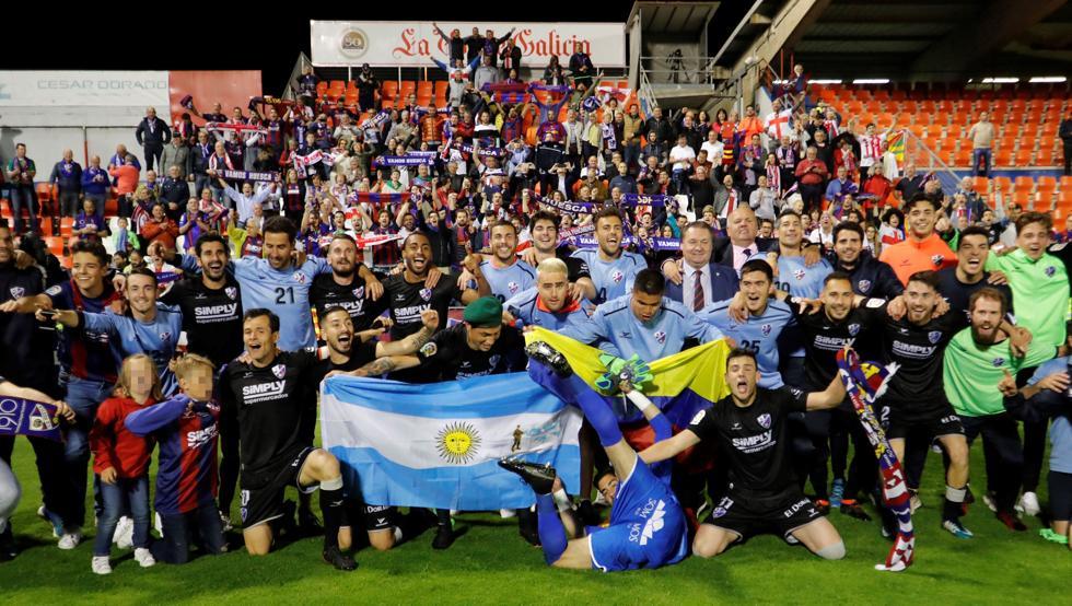 Los jugadores del Huesca celebran el ascenso en el Anxo Carro