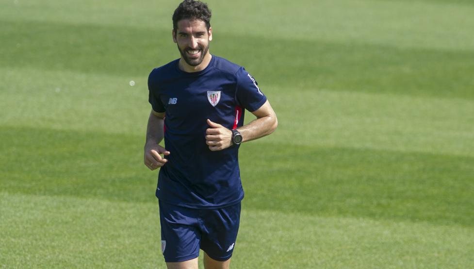 Raúl García hizo trabajo aparte en la sesión de esta mañana en Lezama tocando balón