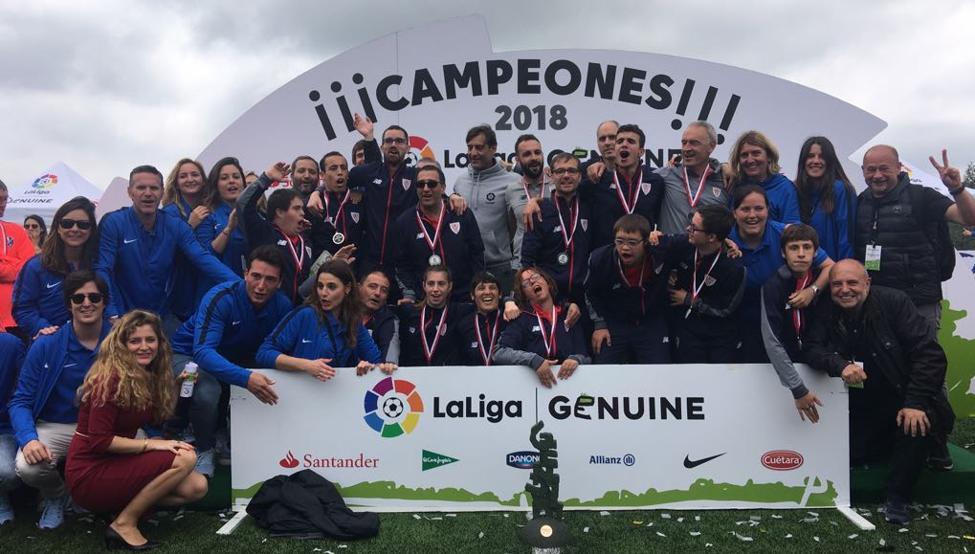El equipo de la Fundación Athletic de la LigaGenuine posa en Vigo con Urzaiz