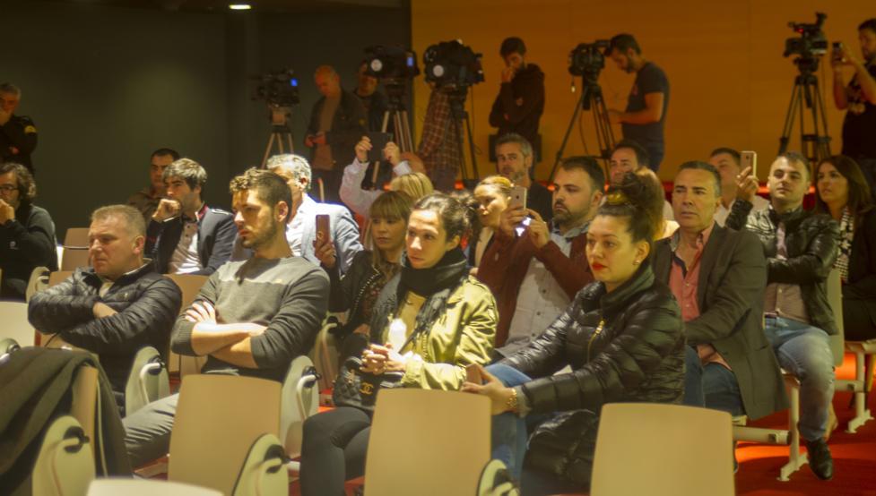 Familiares y amigos de Ganea le arroparon en su presentación oficial con el Athletic.