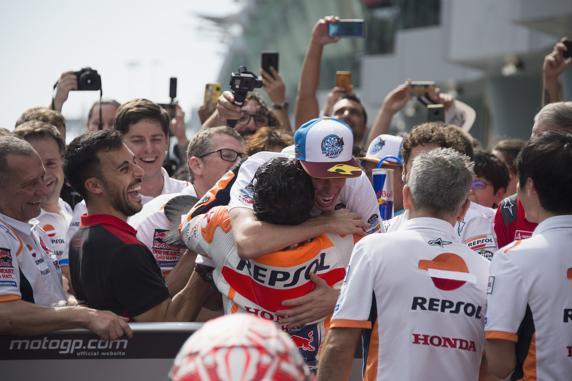 Los hermanos Márquez se abrazan en el corralito de Sepang