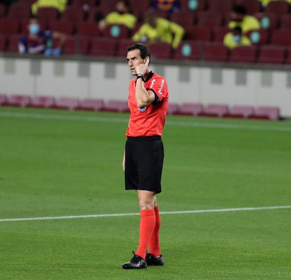 Fútbol.  La Liga.  El árbitro Martínez Munuera consulta al VAR