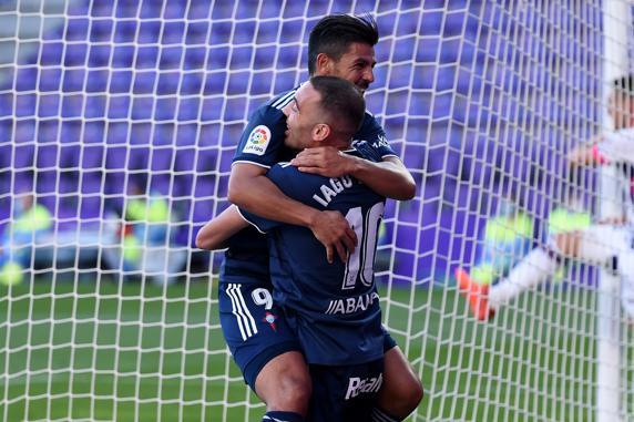 Iago Aspas celebra su gol ante el Valladolid con Nolito.  (Foto de Denis Doyle / Getty Images)