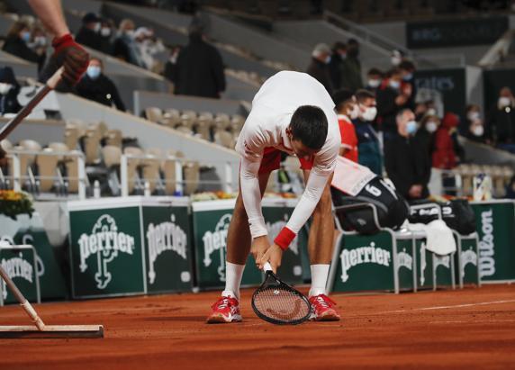 Novak Djokovic, trabajando la tierra con la raqueta