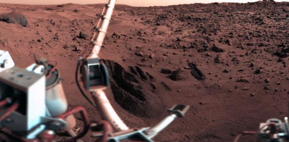 Brazo Robot, capturando una muestra del terreno para el Experimento LR (Fuente de la imagen: NASA)
