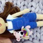 Muñeca con peto tejida a crochet