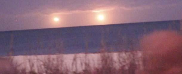 Aparecen dos ovnis gemelos luminosos sobre una playa de Florida