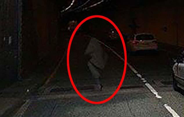 Figura fantasmal atravesando túnel Irlanda