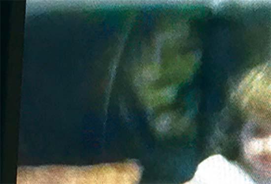 Fantôme de sorcière - Les parents sont choqués de voir le fantôme d'une sorcière à côté de leur fille sur une photo