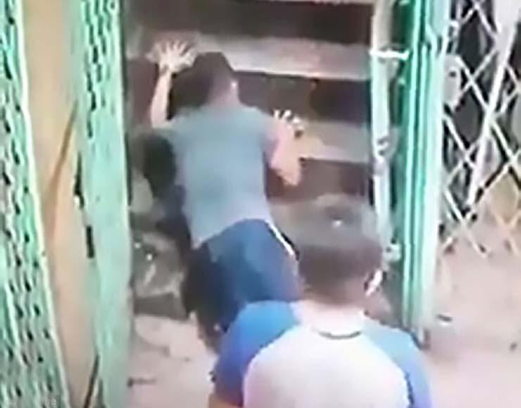 Escaliers de spectateurs de force surnaturelle - Une caméra de sécurité montre une force surnaturelle tirant les passants dans les escaliers