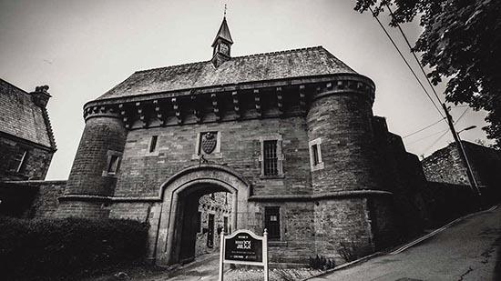 prisons hantées à la figure fantomatique - Le mariage enregistre la figure fantomatique macabre d'un homme pendu dans l'une des prisons les plus hantées du Royaume-Uni