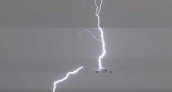 Foudre d'avion OVNI - La foudre frappe un avion quelques secondes après l'apparition d'un OVNI