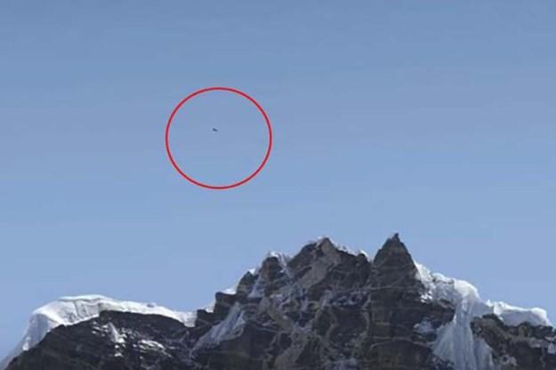 ovni sobre monte everest - Fotografía de una alpinista muestra un OVNI sobre el monte Everest