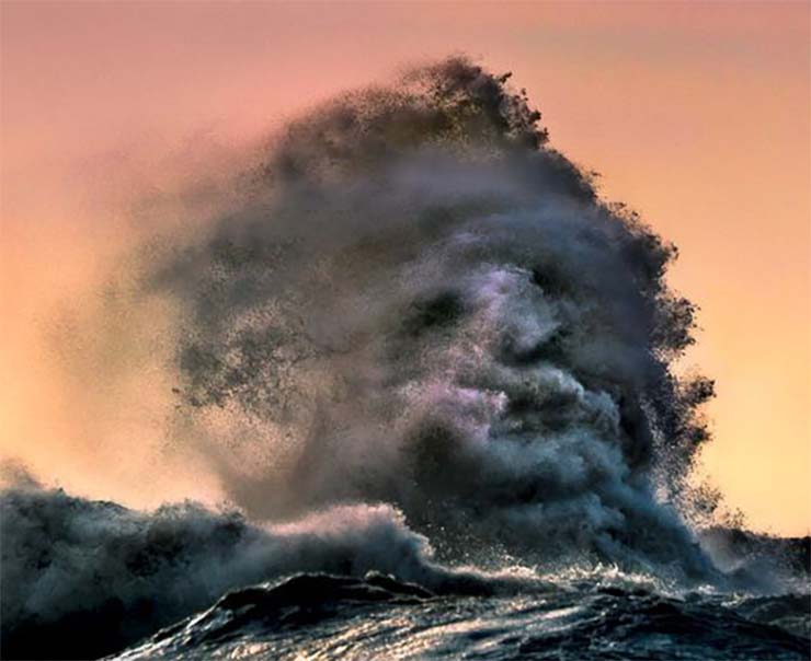 vague de visage fantomatique lac canadien - Un photographe parvient à capturer un visage fantomatique émergeant d'une vague dans un lac canadien