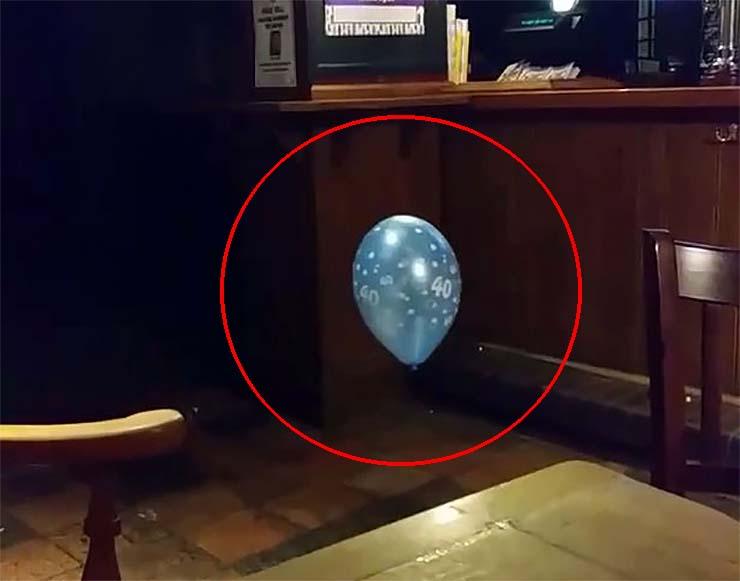 fantôme d'un garçon ballon - La vidéo montre le fantôme d'un garçon jouant avec un ballon dans un pub gallois