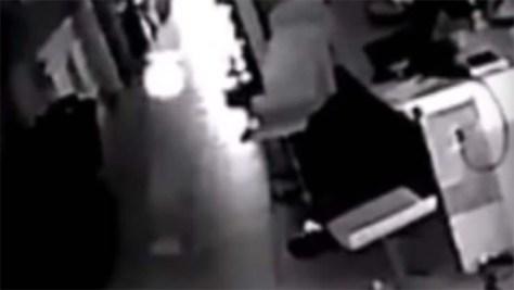 Un hombre instala una cámara de seguridad para grabar la extraña actividad.