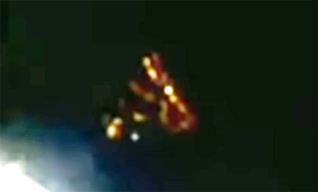 UFO Spacex - A mysterious UFO appears near the SpaceX Dragon before they cut off the live stream