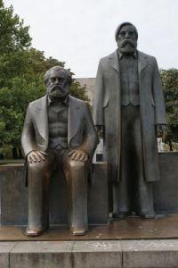 Estatua de Marx y Engels