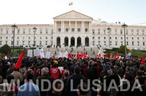Milhares marcham em Lisboa em frente ao Parlamento. MIGUEL A. LOPES/LUSA