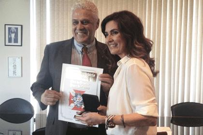 O presidente do Vasco Roberto Dinamite entregou em mãos a homenagem à jornalista Fátima Bernardes. Foto: divulgação/Vasco.com.br