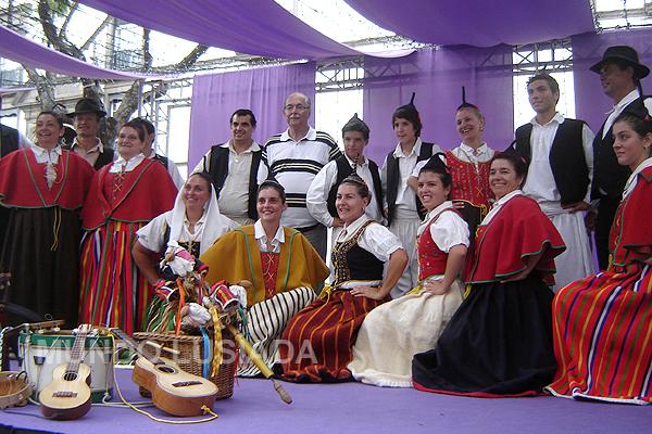 Adriano com grupo folclórico na Ilha da Madeira.
