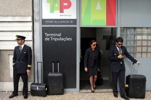 Membros da tripulação no Terminal do Aeroporto de Lisboa, em 01 de maio. Foto MIGUEL A. LOPES / LUSA